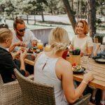 Perhe nauttii Laulasmaa Span ulkoterassilla lounasta yhdessä