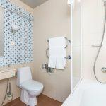Laulasmaa Span huoneen kylpyhuone ammeella