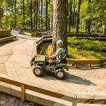 Dzintarin metsäpuistossa voi ajella vaikkapa sähköautoilla