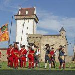 Kesäinen näytös Narvan linnan pihalla.