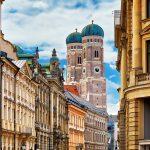 Frauenkirchen tornit Münchenin kattojen yllä.