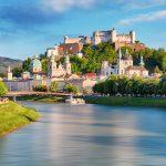 Salzach -joki virtaa Salzburgin kaupungin editse.