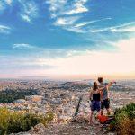 Pariskunta ihastelee näkymää Lycabettus-kukkulalta Ateenan akropoliin.