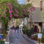 Plakan katu, jonka varrella ravintoloita ja perinteisiä kreikkalaisia taloja