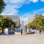 Suihkulähde ja ihmisiä Syntagma-aukiolla kesällä