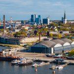 Tallinnan Merimuseon ympäristö ilmasta käsin. Taustalla näkyy Tallinnan kaupunki ha edessä satamassa on useita erilaisia laivoja ja veneitä.