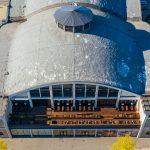 Tallinnan Merimuseon ilmasta käsin. Rakennuksen etupuolella terassi ravintolan asiakkaille