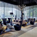 Hotellin aula on säväyttävä ja tyylikäs