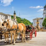 Hevoskärryt Salzburgin historiallisessa keskustassa.