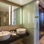 Sviitin kylpyhuoneessa on kaksi käsienpesuallasta