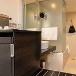 Superior huoneen kylpyhuoneeseen johtaa huurrettu lasiovi. Käsienpesuallas sijaitsee huoneen puolella syvennyksessä.