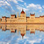 Parlamenttitalo ja sen heijastus vedessä