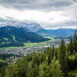 Garmisch-Partenkirchenin ilmakuvaa etualalla hiihtohissi