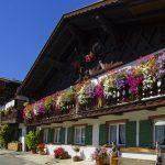 Perinteisiä alppirakennuksia Garmisch-Partenkirchenissa.