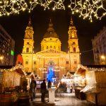 Ihmisiä ja jouluista tunnelmaa joulukojuilla joulutorilla