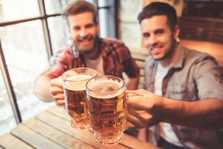 Kaverukset kilistävät oluttuoppeja