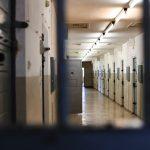 Stasi vankilan tyhjää käytävää kalterian takaa katsottuna