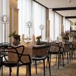 Ravintola Monacon siroja mustia pöytiä katettuna