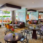 Nordic Hotel Forumin aula- ja baaritilassa on paljon istumapaikkoja