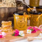 Nordic Hotel Forumin omien mehiläisten hunajaa esillä kauniissa purkeissa