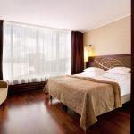 Standard huoneen sisustuksessa on käytetty tummia ja maanläheisiä sävyjä