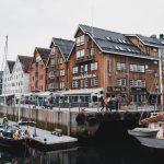 Venesatamaa ja kaupungin rakennuksia