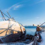 Rannalla oleva vene meren rannalla talvella