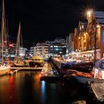 Venesatama ja kaupungin rakennuksia iltavalaistuksessa talvisessa maisemassa