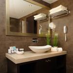 Kylpyhuonekuva lavuaarista ja peilistä