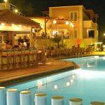 Porto Kalamaki hotellin ravintola ja uima-allas iltavalaistuksessa