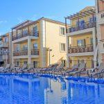 Porto Kalamaki hotellin uima-allasalue aurinkotuoleineen