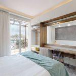 Makuuhuone superior luokan huoneistossa Porto Kalamaki hotellissa