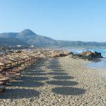 Olkisia aurinkovarjoa Falassarnan rannalla
