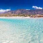 Kirkkaan sinistä vettä ja vaaleaa rantahiekkaa Elafonisin rannalla
