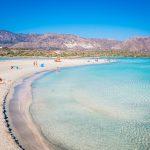 Turkoosia vettä, auringon ottajia ja uijia Elafonisin rannalla