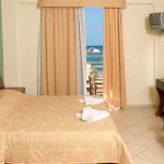 Sänky Standard luokan yksiössä Porto Kalamaki hotellissa