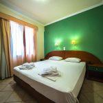 Makuuhuone standard luokan yhden makuuhuoneen huoneistossa Porto Kalamaki hotellissa