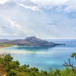 Panoramakuvaa kukkulalta Plakiaksen rannalle