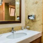 Kylpyhuoneen peili ja lavuaari