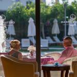 Kuva pariskunnasta ravintolan terassilla