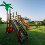 Lasten leikkialua puutarhassa