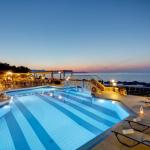 Iltakuva uima-altaasta