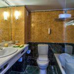 2 hengen huoneen kylpyhuone