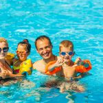Perhe vesipuistossa