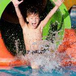 Lapsi laskee vesiliukumäessä vesipuistossa