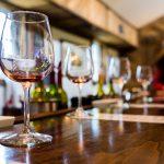 Viinilasit puisella pöydällä
