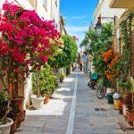 Upeita kukkasia Rethymnon kapean kadun varrella