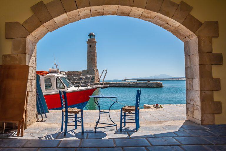 Pöytä ja tuoli tavernassa Rethymnonin sataman promenadilla