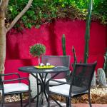 Ulkoterassi ja punainen seinä