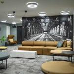 Anker hotellin aulassa oleskelutilaa ja iso seinävalokuva